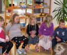 Die Kinder hörten gespannt zu.